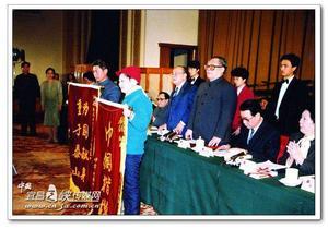 党和国家领导人授予杨大兰、潘星兰荣誉称号。中为时任国家主席江泽民。
